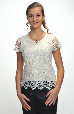 Pleteninová bílá halenka zdobená na předním dílu krajkou