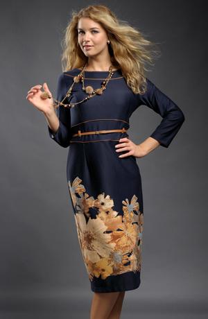 Tmavomodré společenské šaty s bordurou květů