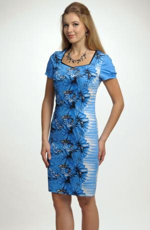 Dámské modré letní šaty s velkými květy a postupným přechodem barev