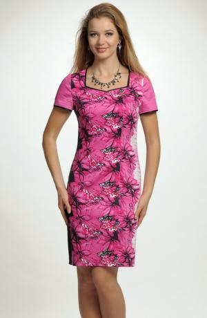 Tubové krátké šaty s módním lila květem