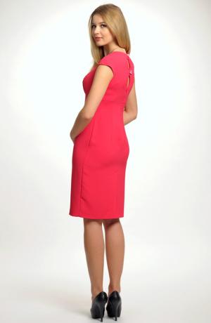 Společenské šaty ke kolenům se sedýlkem vhodné i k maturitě.