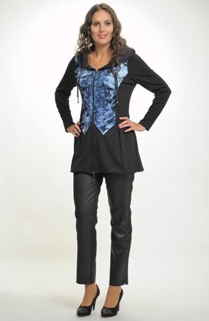 Dlouhá tunika ke kalhotám ve sportovně elegantním stylu