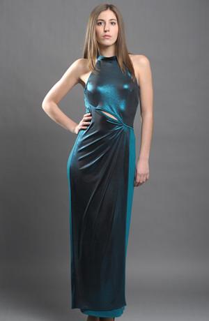 Dlouhé elastické dámské večerní šaty s průstřihem v pase.