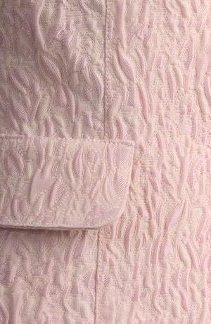 Slušivé sako z přírodního materiálu s plastickým vzorem.