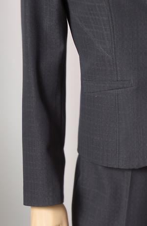 Mladistvý kostýmek, sako se se štepováním v barvě antacitu.