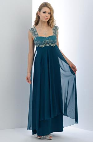 Dlouhé dámské plesové šaty empírového střihu s malým krajkovým sedýlkem.
