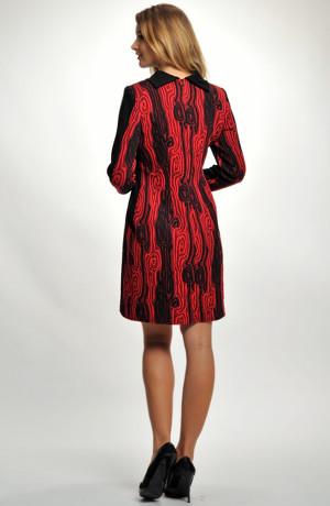 Zeštíhlující pouzdrové šaty s plastickými pruhy vhodné do práce I společnosti