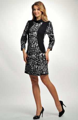Raglánové šaty s kapsami a s límcem v jemném vzoru