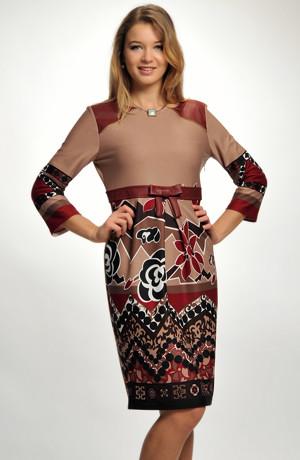 Koktejlové šaty z úpletu zdobené nabíraním a tiskem na sukni