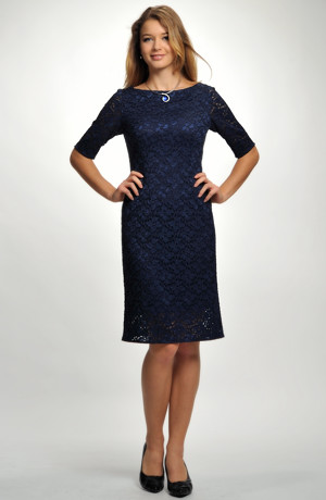 Koktejlové společenské šaty z elastické modré krajky