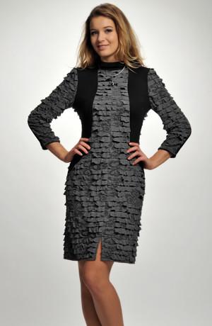 Krátké šaty ze zajímavé volánkové pleteniny se vsadkami