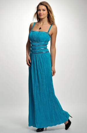 Večerní řasené šaty s lesklými pásy v římském stylu.