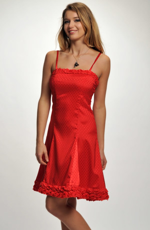 Krátké červené společenské šaty s ozdobeným sedlem a lemem, vel. 38, 40.