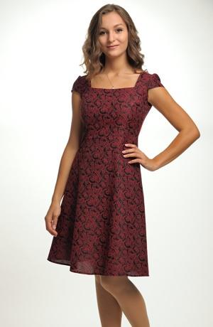 Vzorované šaty vhodné na párty a do tanečních