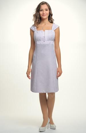 Krátké fialkové šaty s rozšířenými nabíranými raminky.