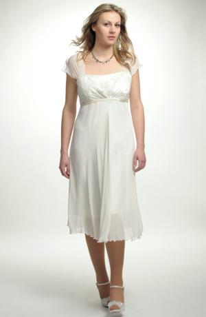 Jemné svatební šaty mají řasené sedýlko z elastického tylu.