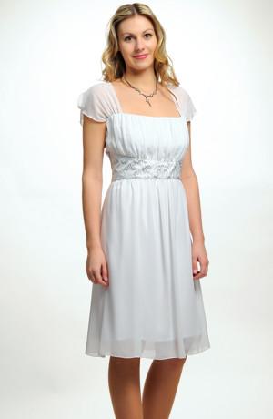 Krátké bílé šaty na svatbu s řasením v pase na ramínka.