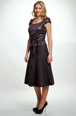 Trojdílný dámský kostýmek z materialu s plastickým vzorem.