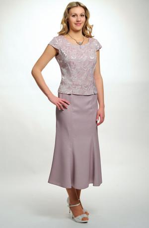 Kostýmek vhodný pro svatebmí matky v pastelové barvě.