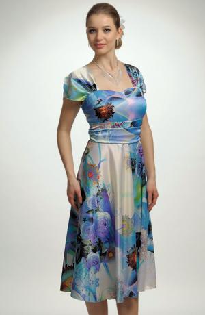 Společenské šaty na léto s empírovým sedlem.