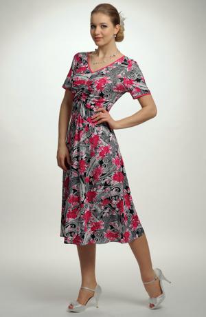 Květované pleteninové šaty