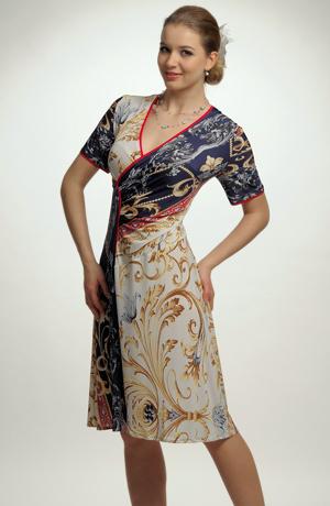 Šaty s asymetrickým řešením sedla
