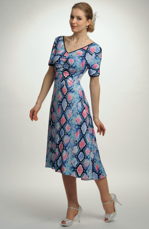 Šaty s řasením a s výrazným modním vzorem hadí kůže