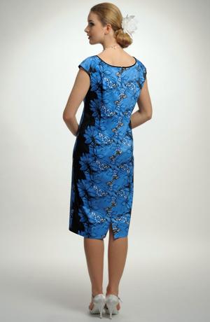 Květované letní šaty se zajímavým členěním květinového vzoru
