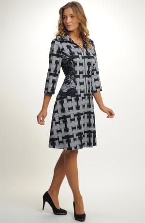 Krátké šaty ze zajímavé pleteniny
