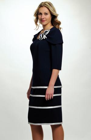 Velmi elegantní dámské společenské pouzdrovky doplňuje ozdoba, vel. 42 až 50