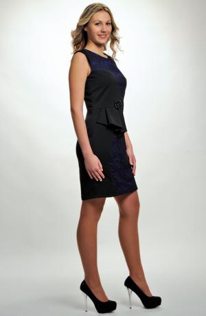 Mladistvé dívčí šaty nad kolena z plastické krajkové látky mají řasený šůsek, vel. 36, 38, 40, 42