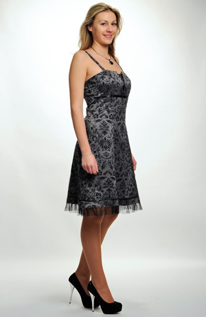 Mladistvé dívčí společenské šaty do sedýlka s řasením. Velikosti 38, 40, 42, 44