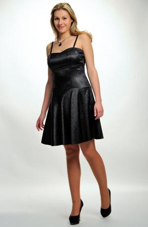 Dívčí černé společenské šaty z plastického saténu s kolovou sukní v černé barvě.