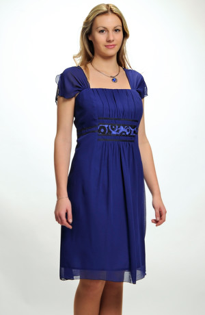 Krátké společenské šaty pro plnoštíhlé s řasením na předním a zadním středovém dílu. Velikosti 46, 48, 50, i pro boubelky