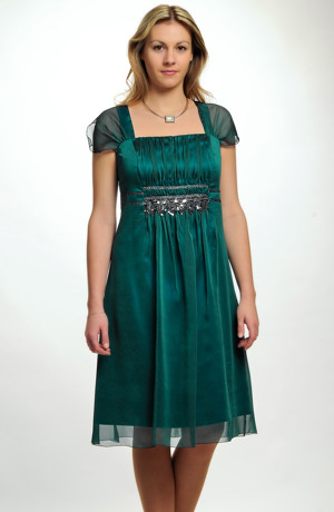 Společenské šaty i pro větší velikosti s řasením na předním středovém dílu zdobené stříbrnou krajkou. Vel. 38, 40, 42, 44, 46, 48, 50, 52
