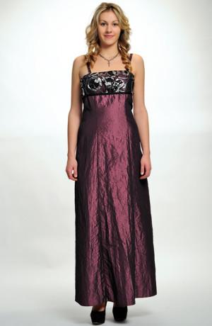 Levné plesové šaty v empírovém střihu mají malé sedýlko z flitrů, vel. 42