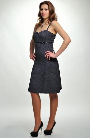 Krátké černé šaty vhodné i do tanečních