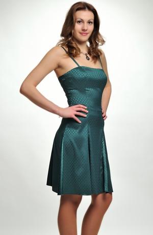 Dívčí šaty vhodné na taneční kurzy pro středoškoláky.