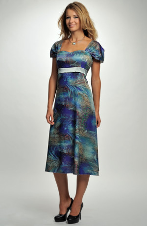 Elegantní modré šaty na široká ramínka v délce pod kolena a se stuhou.
