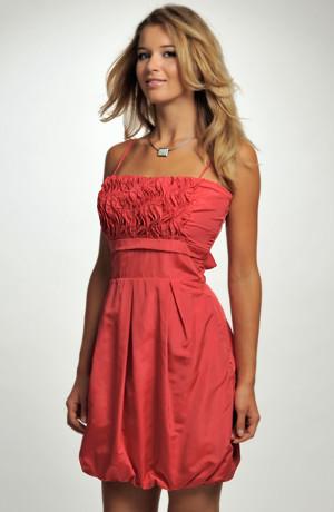 Dívčí elegantní šaty s balonovou sukní ke kolenům.