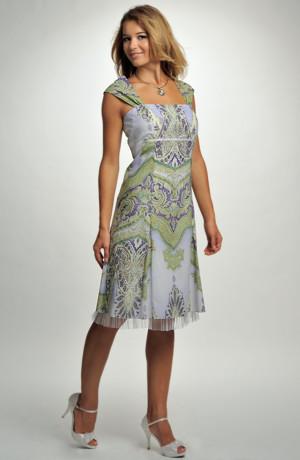 Společenské šaty ze vzdušného materiálu s barevným potiskem.