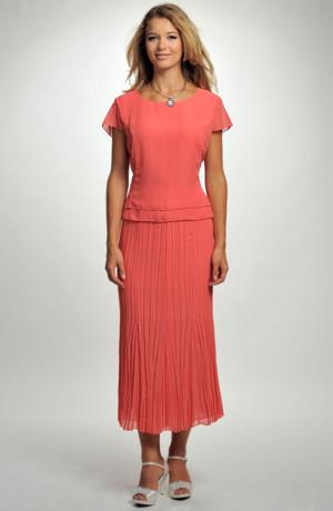 Společenský dámský kostýmek, delší krešovaná sukně, top a kabátek.