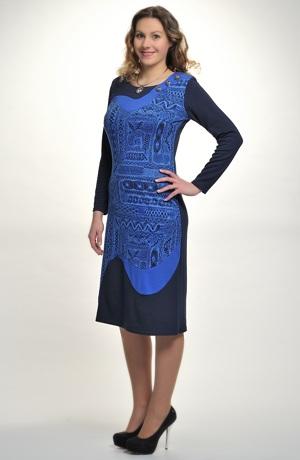 Šaty s asymetrickým řešením vzoru
