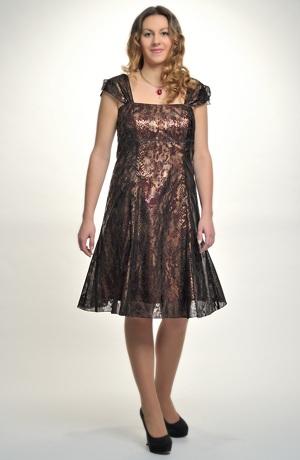 Elegantní dámské šaty z materiálu s dezénem hadí kůže.