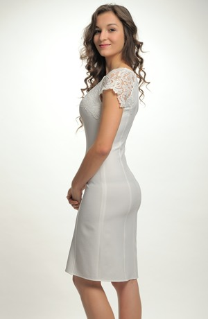Krátké smetanové šaty s aplikací krajky na sedýlku