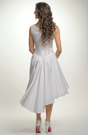 Společenské bílé šaty vhodné na svatební párty.