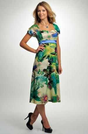 Společenské šaty s empírovým sedlem.