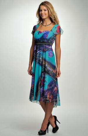Lehké společenské šaty s výrazným vzorem
