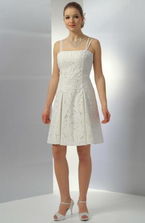 Krátké svatební šaty z netradiční moderní krajky