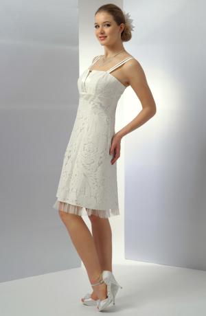 Krátké krajkové smetanové šaty s podloženým nástřihem na sedýlku